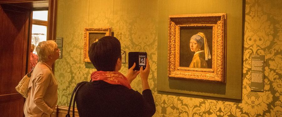 Neem een kijkje naar de werken van de Hollandse meesters! Hier zie je 'het meisje met de parel'.