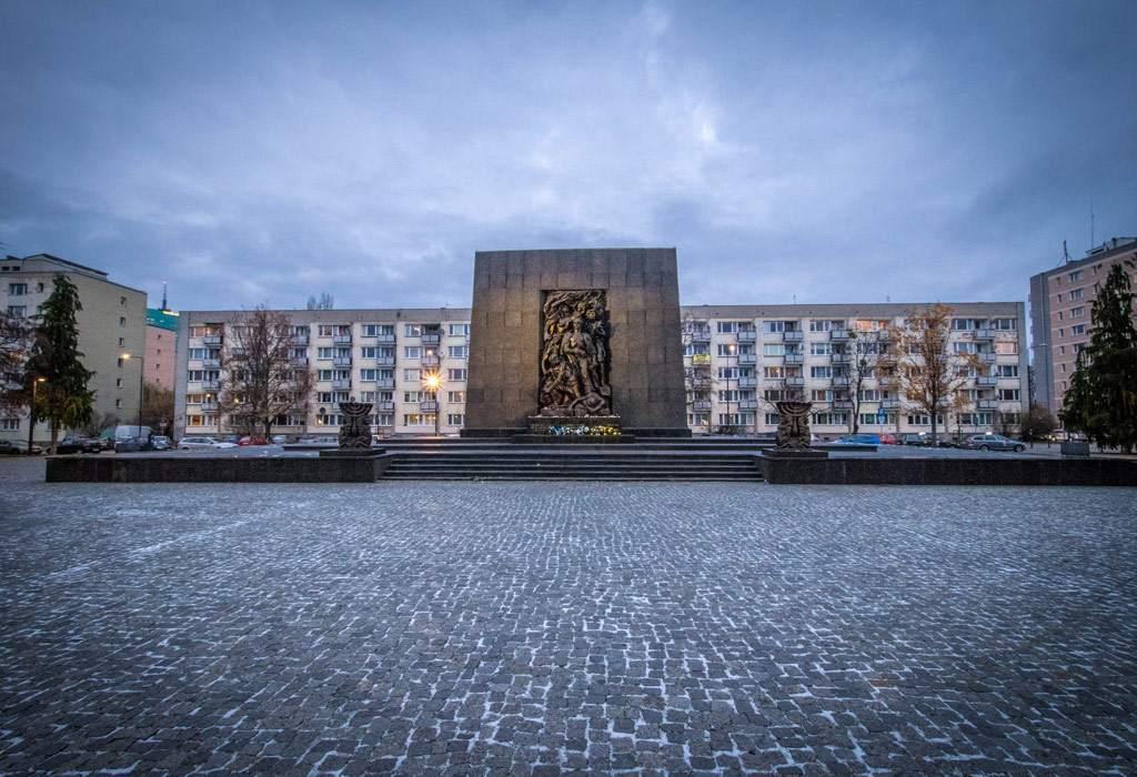 Het monument voor de helden van het ghetto van Warschau, vlak voor het POLIN museum.