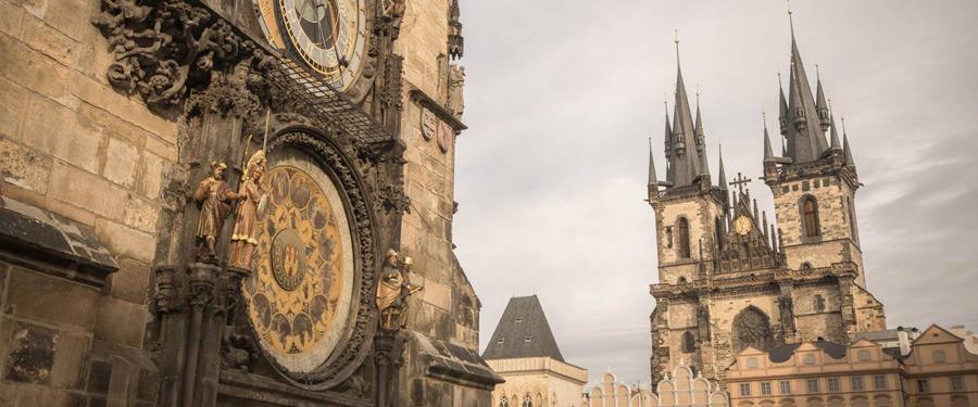 Het astronomisch uurwerk van Praag. Op de achtergrond zie je de Tynkerk.