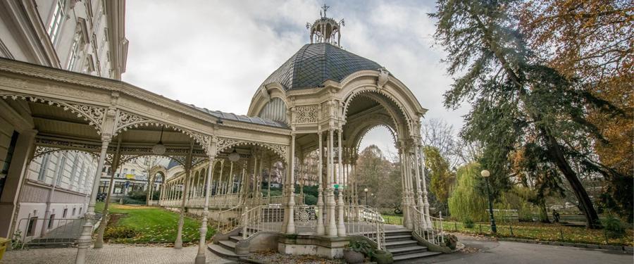 De Sadova kolonnade of Park kolonnade. Een van de vele prachtige prieeltjes in Karlsbad.