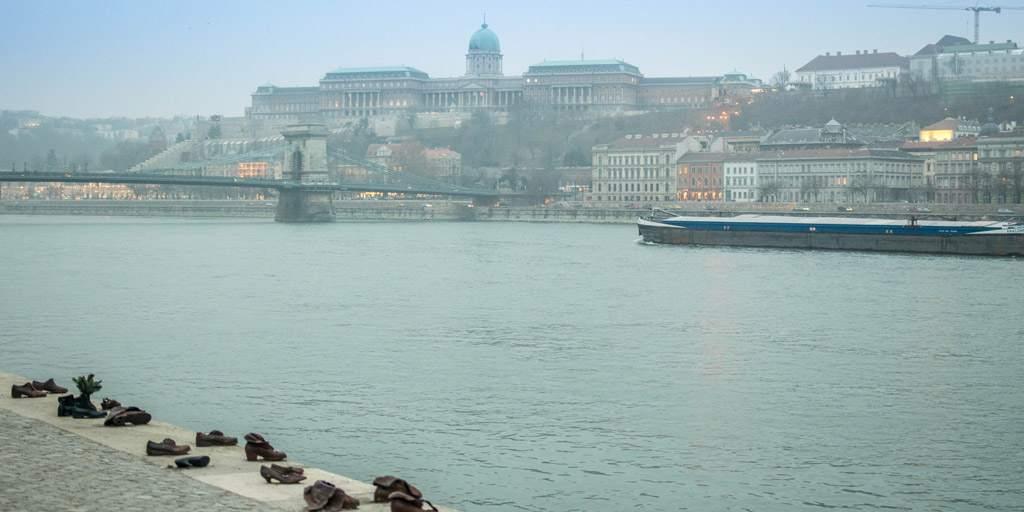 De schoenen aan de Donau, een monument ter nagedachtenis aan de joodse slachtoffers tijdens WO II. Op de achtergrond zie je de boeda kant.