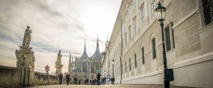 De prachtige, gotische kathedraal van Sint-Barbara. Van hier krijg je ook een prachtig uitzicht over de rest van het dorp.