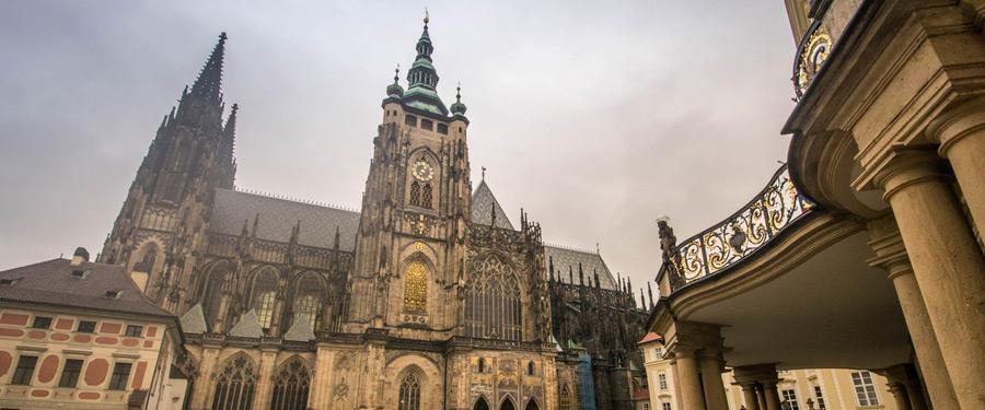 De Sint-Vituskathedraal binnenin de omwallingen van de burcht van Praag.