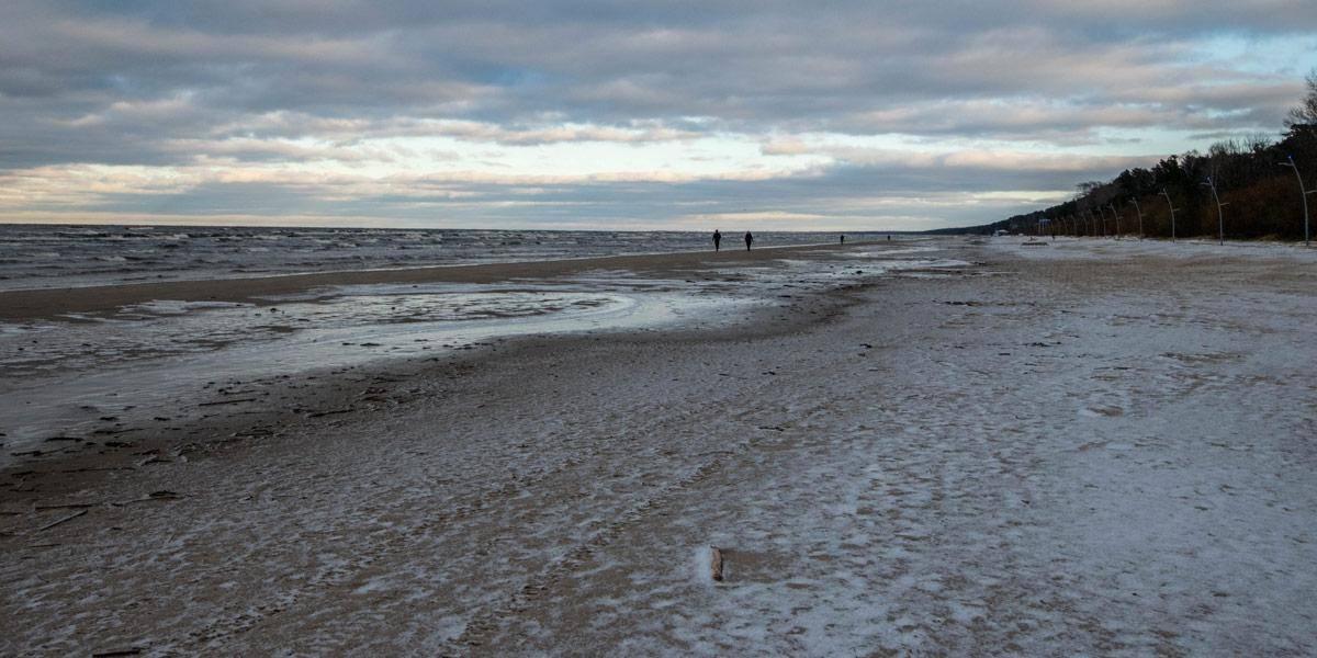 Het bevroren strand van Jurmala.