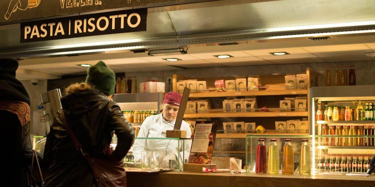 Aanschuiven bij Vapiano in Helsinki voor een lekker goedkope Italiaanse maaltijd.