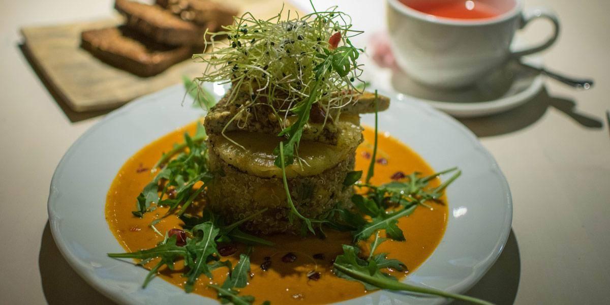 Mijn hoofdgerecht in Vegan Restoran V: Spicy tofu met quinoia en een pompoensausje.