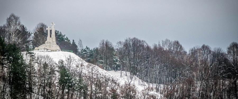 De kruisheuvel van Vilnius. Het sculptuur wordt bijna onzichtbaar door de dikke pakken sneeuw!