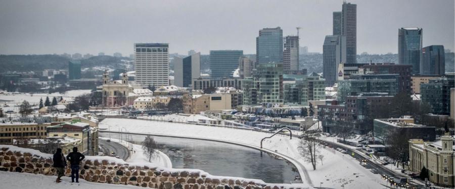 Aan de overkant van de rivier vind je het modernere, economische centrum van Vilnius.