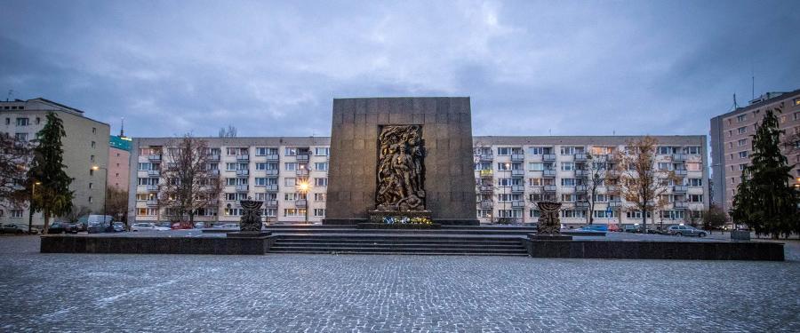 De gedenkplaats voor het Joodse ghetto (Warsaw Uprising Memorial) recht voor het POLIN museum.