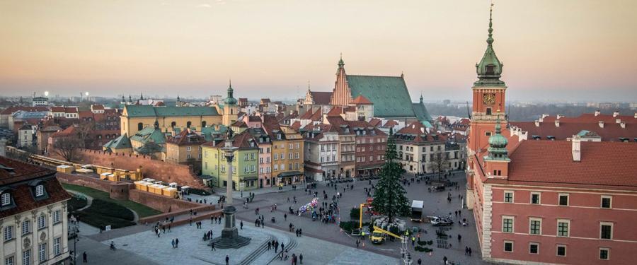 Het oude stadscentrum van Warschau (Stare Miasto) werd in de twintigste eeuw volledig herbouwd aan de hand van schilderijen en tekeningen.