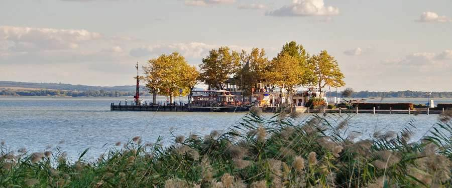 Het Balaton meer is een van de grootste toeristische trekpleisters van het land voor zowel toeristen als locals.