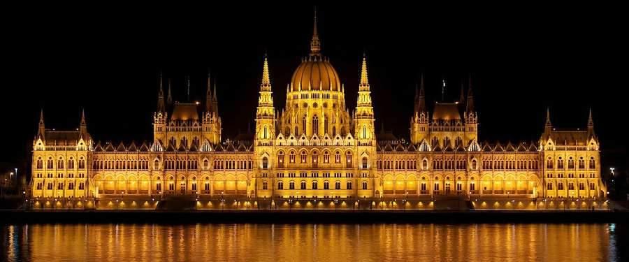 Het parlement van Boedapest baadt 's avonds in een gouden gloed.