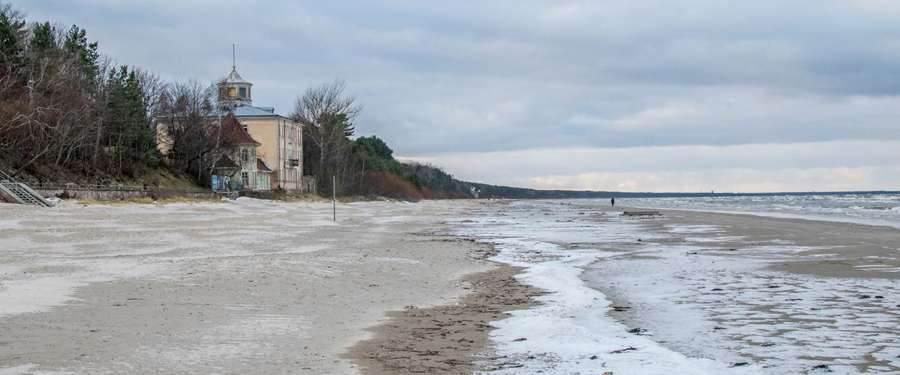 Tijdens de winter is het strand bevroren, maar eens de sneeuw is weggesmolten leeft het strand weer op!