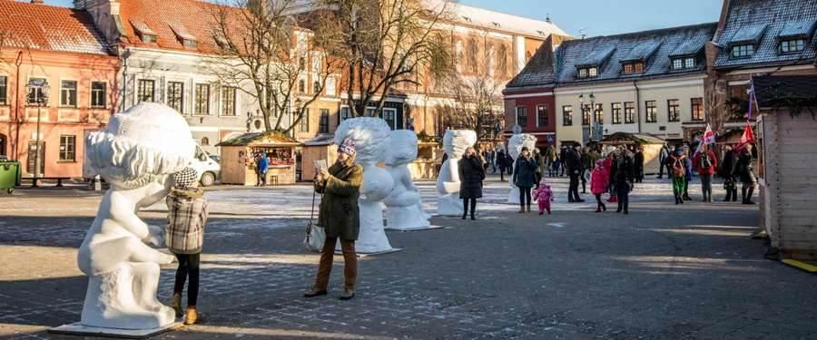 Tijdens de wintermaanden wordt de stad opgefleurd door menig kerstmarktjes.