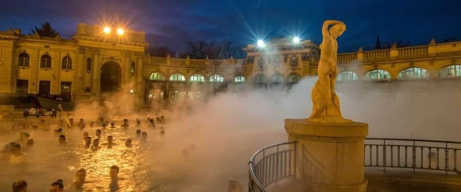 De Szechenyi baden van Boedapest zijn heerlijk om naar te kijken en nog heerlijker om in te relaxen!