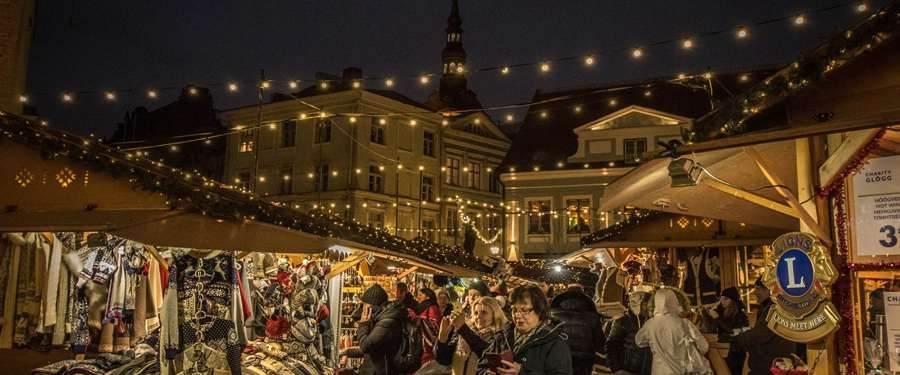 Een mooie kerstmarkt op een van de pleintjes in Tallinn.