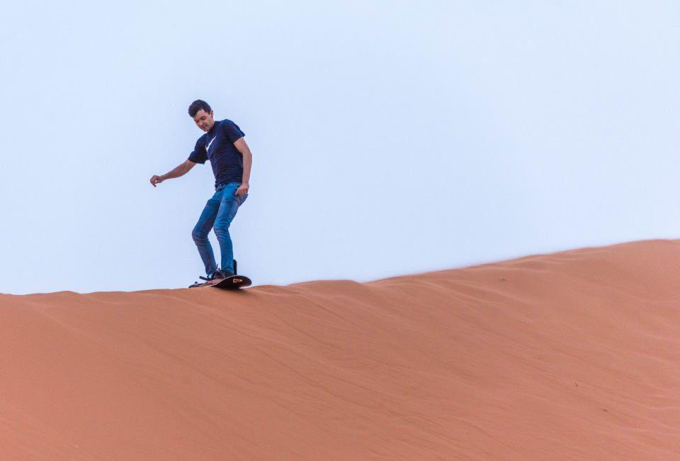 sandboarden in de woestijn