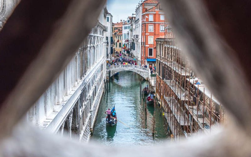 Uitzicht van Brug der Zuchten in Venetië, Dogepaleis.