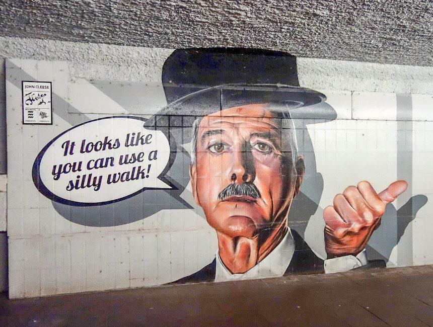 Silly Walks-tunnel John Cleese